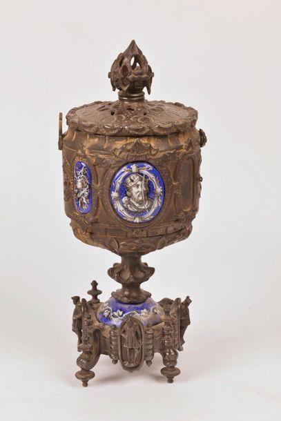 Seconde moitié du XIXème siècle Lot d'objets religieux comprenant : - Cage de châsse...