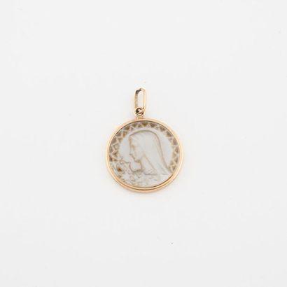 Médaille en or jaune (750) et nacre ornée...