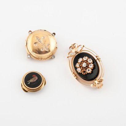 Deux broches en or (750) jaune : - une circulaire centrée d'une fleur de lys et...
