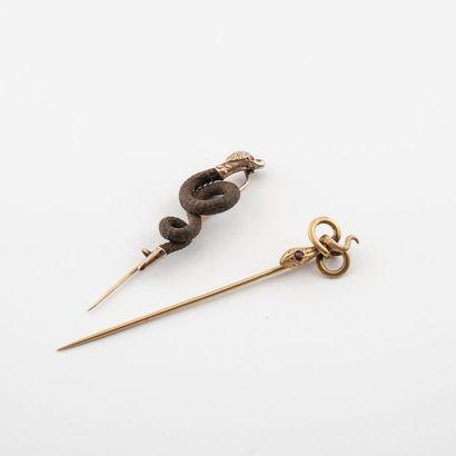 Epingle de cravate en or (585) jaune à décor de serpent, la tête gravée réhaussée...