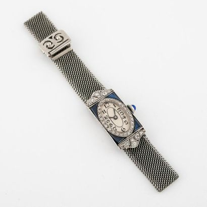 Petite montre de dame. Boîtier rectangulaire en platine (850) encadré de petits...