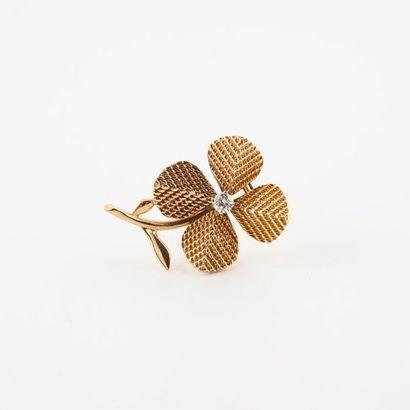 STERLE Paris Elégant petit clip de revers en or jaune (750) figurant une fleurette...