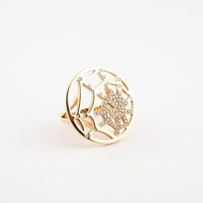 CHAUMET Paris, Attrape-moi Importante bague en or jaune (750) de forme ronde ajourée...