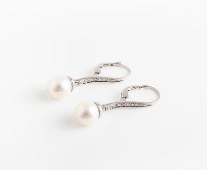 DAVID MORRIS Elégante paire de dormeuses pendants d'oreilles en or gris (750) partiellement...