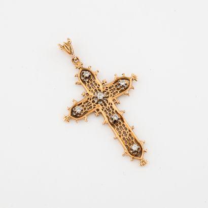 Pendentif croix en or jaune (750) ajouré,...