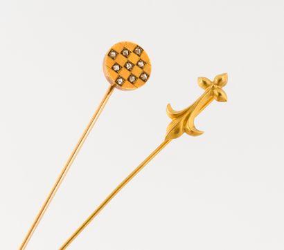 Deux épingles de col en or jaune (750) :...