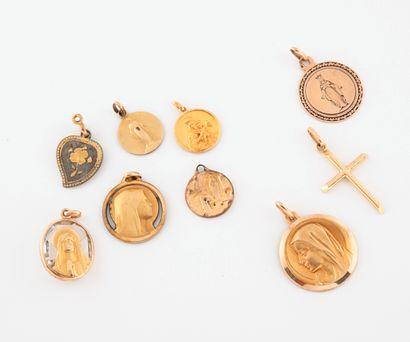 Lot de deux médailles religieuses en or jaune...