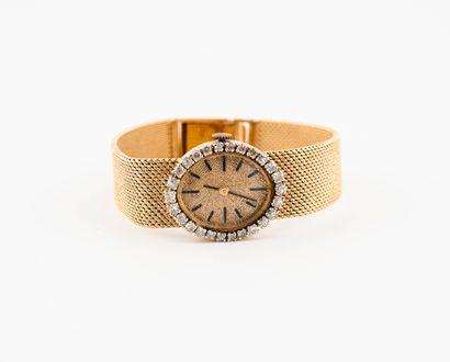 Montre bracelet de dame.  Boîtier ovale en...