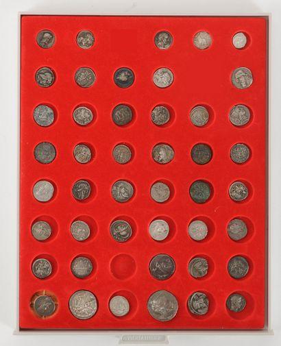 Ensemble de 45 monnaies antiques en argent :