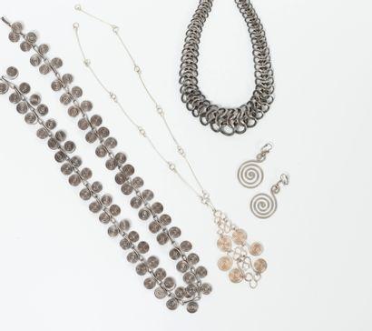 Petit lot de bijoux en métal :  - collier...