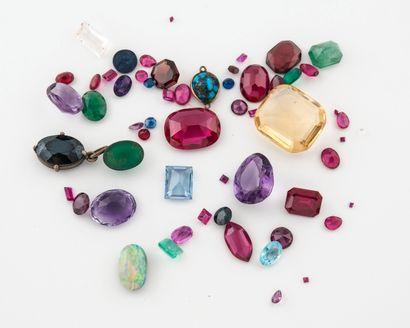 Lot de pierres de couleurs ou incolore facettées sur papier, dont précieuses (émeraude,...