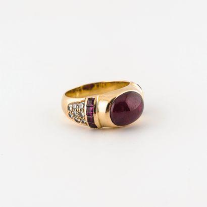 Bague jonc en or jaune (750) centrée d'un cabochon de racine de rubis en serti clos,...