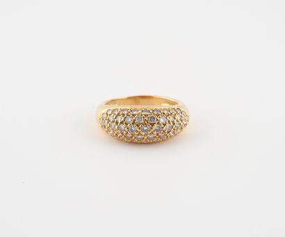 Bague jonc en or jaune (750) ornée d'un pavage de diamants de taille brillant en...