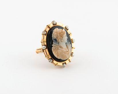 Bague en or jaune (750) ornée d'un camée ovale sur onyx figurant un portrait de...