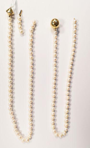 Deux colliers de perles de culture blanches choker.  - L'un à fermoir tige à ailettes...