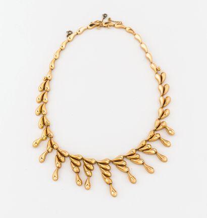 Collier draperie en or jaune (750) à motifs de gouttes disposées en chute.  Fermoir...