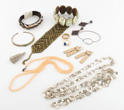 Lot de bijoux fantaisie divers en métal dont...