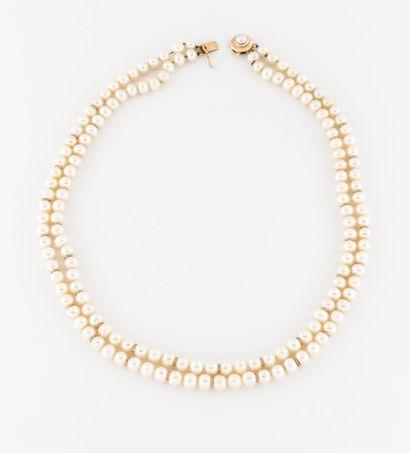 Collier à deux rangs de perles de culture blanches choker.  Fermoir cliquet en or...