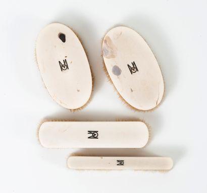 Partie de garniture de toilette, chiffrée M.J.O., comprenant :  - trois flacons...