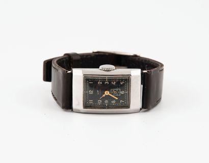 LIP Montre bracelet d'homme.  Boîtier rectangulaire en acier.  Cadran à fond noir...