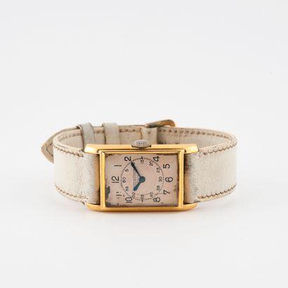 JAEGER LE COULTRE Montre bracelet de dame.  Boîtier rectangulaire en or jaune (750)....