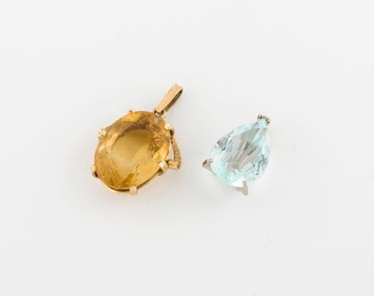 Deux pendentifs en ors jaune et gris (750)...