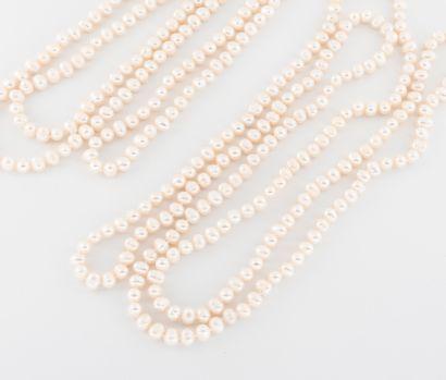 Deux colliers sautoirs de perles blanches...