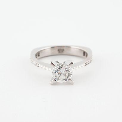 Bague solitaire en or gris (750) ornée d'un diamant de taille brillant en serti...