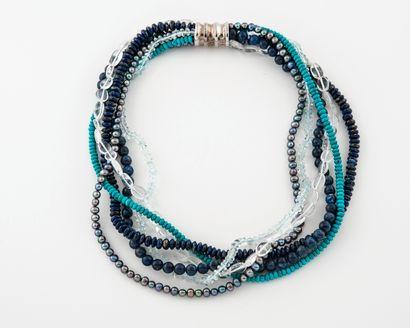 Collier formé de six rangs de perles de sodalite...