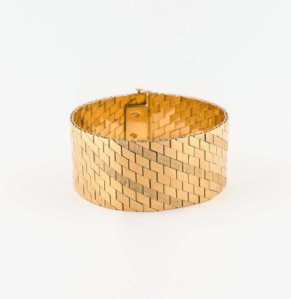 Bracelet ruban articulé en or jaune (750) à décor de lignes obliques, certaines...