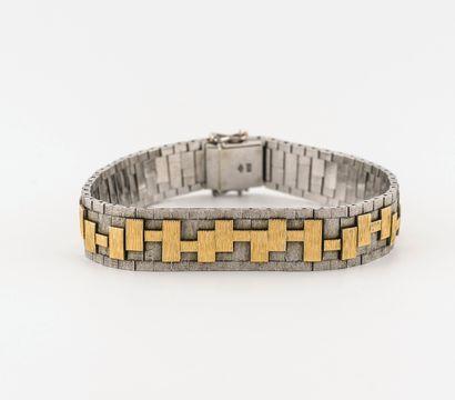 Bracelet ruban en ors gris et jaune (750) à maillons articulés ornés de motifs géométriques...