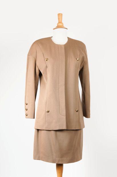 CHANEL Tailleur comprenant une veste et une jupe de couleur marron.  Veste fermant...