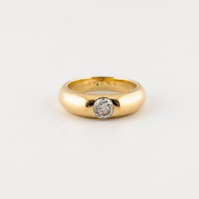 Bague jonc en or jaune (750) ornée d'un diamant...