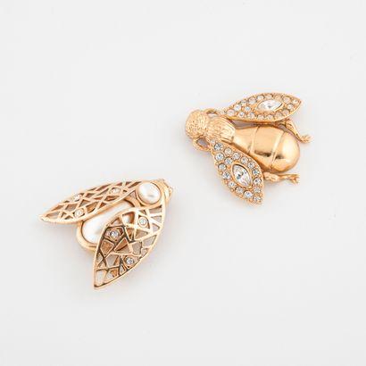 Christian DIOR Boutique Deux broches abeille en métal doré ornées de strass et perles...