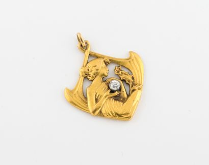 Pendentif en or jaune (750) ajouré figurant une jeune femme drapée tenant dans ses...