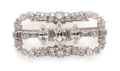 Beautiful platinum (850) brooch of openwork...