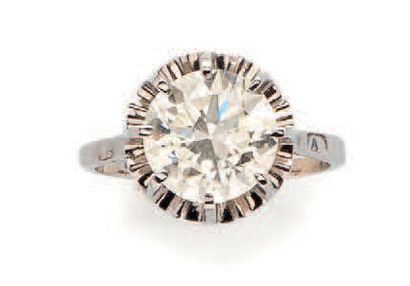 Solitaire ring in platinum (850) set with...