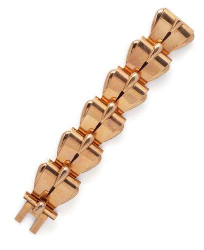 Important bracelet articulé de type Tank en or jaune (750) formé de six motifs en...