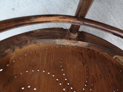 AUTRICHE, Maison THONET, vers 1900 Fauteuil en hêtre courbé et teinté, à assise triangulaire...