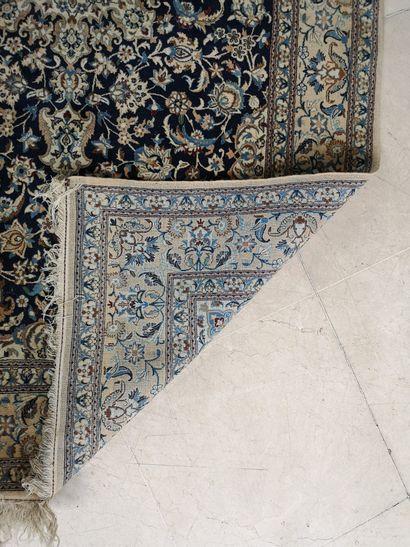 IRAN, XXème Tapis rectangulaire de type NaIn en laine polychrome centré d'une rosace...