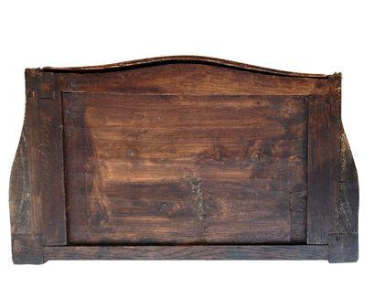 Petite commode de forme mouvementée, en bois de placage et filets, ouvrant par trois...