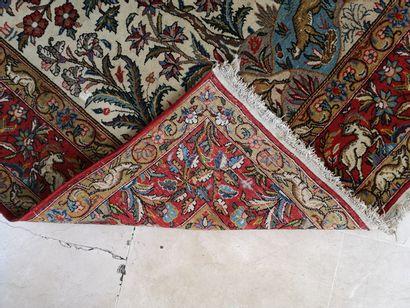 IRAN, XXème siècle Tapis de type Ghoum rectangulaire en laine polychrome un orné...