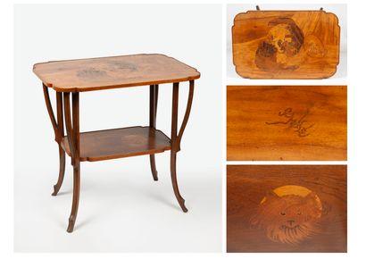 ÉTABLISSEMENTS GALLÉ Table à thé en bois à deux plateaux rectangulaires, aux angles...