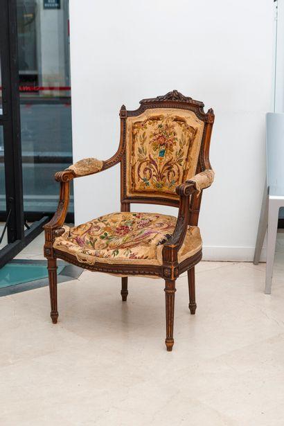 FRANCE, style Louis XVI, fin du XIXème ou début du XXème siècle A moulded walnut...