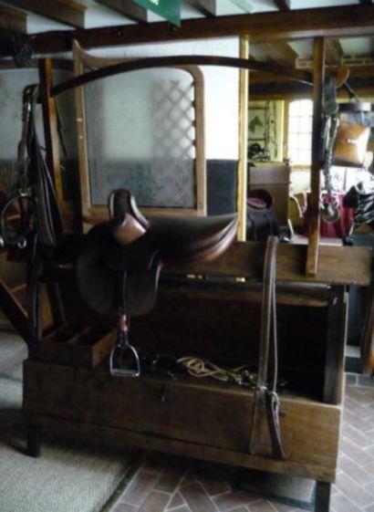 Treteau de sellerie en bois, quadripode, à caisson à coffre et portique, pour le...