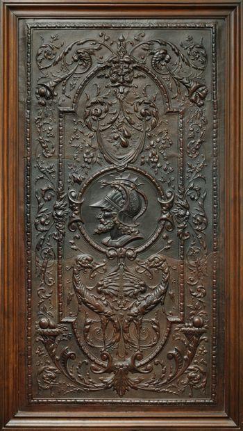 Grand panneau décoratif orné d'un cuir gaufré à décor de grotesques centrées d'un...