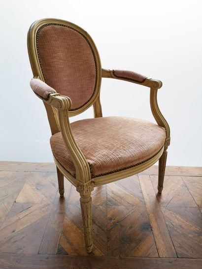 FRANCE, style Louis XVI, XXème siècle - Bergère et fauteuil en bois mouluré, sculpté...