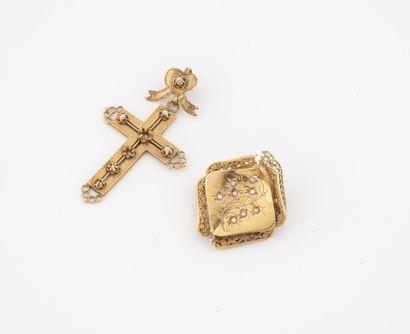 Pendentif croix en or jaune (750) et perles...