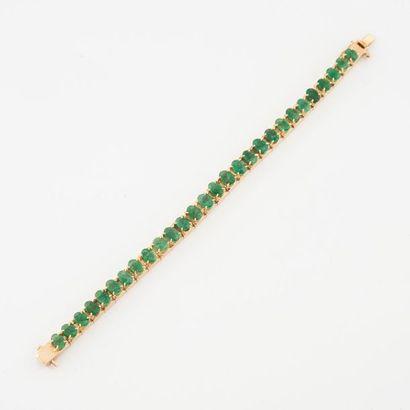 Bracelet ligne articulée en or jaune (585) orné d'émeraudes de taille ovale facettée...