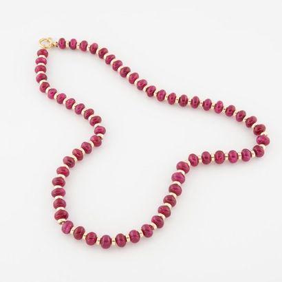 Collier de perles boutons de racine de rubis alternées de perles d'or (750). Fermoir...